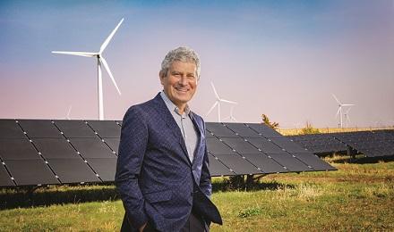 """המיליארדר שמעביר את ארה""""ב לשימוש באנרגיה ירוקה"""