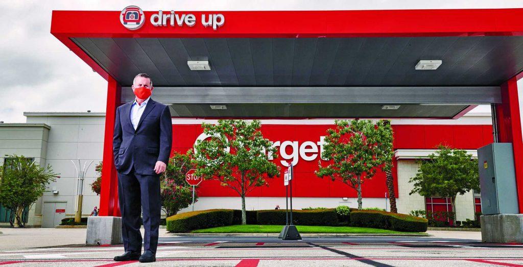 """מנכ""""ל טארגט, בריאן קורנל על רקע סניף פיק־אפ בפלורידה. העובדים מכניסים את המוצרים ישירות לתא המטען. צילום: Jamel Toppin"""