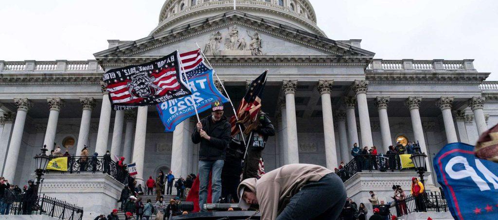תומכי טראמפ פורצים את המחסומים בכניסה לבניין הקונגרס בוושינגטון. צילומים: ALEX EDELMAN / AFP via Getty Images