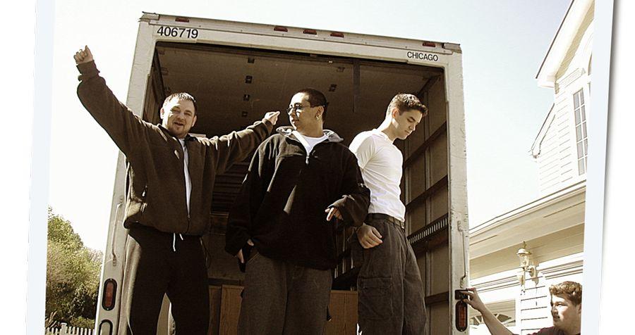 אייזקמן בן ה־19 (בחולצה הלבנה) מעביר חפצים למשרד הראשון שלו בניו ג'רזי. באדיבות ג'ארד אייזקמן