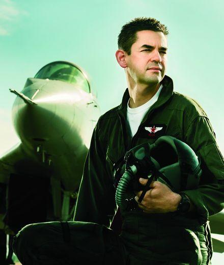 הוא מטיס מטוסי קרב להנאתו, אבל את התמרון הגדול שלו עשה בוול סטריט