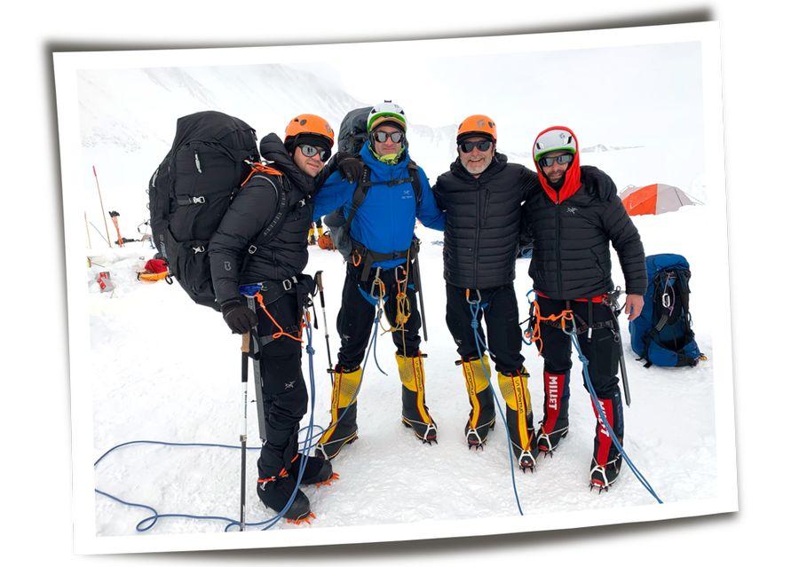 משמאל: אייזקמן, אחיו הגדול מייקל ושותפיו ב־Draken, שון גוסטפסון וסקוט פוטיט, לפני טיפוס על הר וינסון באנטארטיקה. צילומים: באדיבות ג'ארד אייזקמן