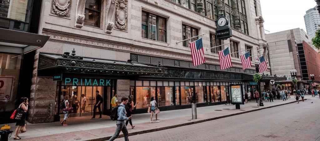 """מתמקדת בפתיחת חנויות מעבר לים. חנות פריימרק בבוסטון, ארה""""ב. צילום: shutterstock"""