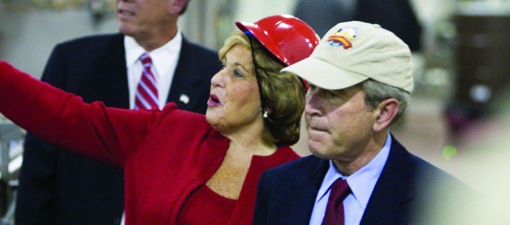 הרינגטון יחד עם הנשיא בוש הבן בסיור במפעל בנאשוויל. צילום: באדיבות קורדיה הרינגטון
