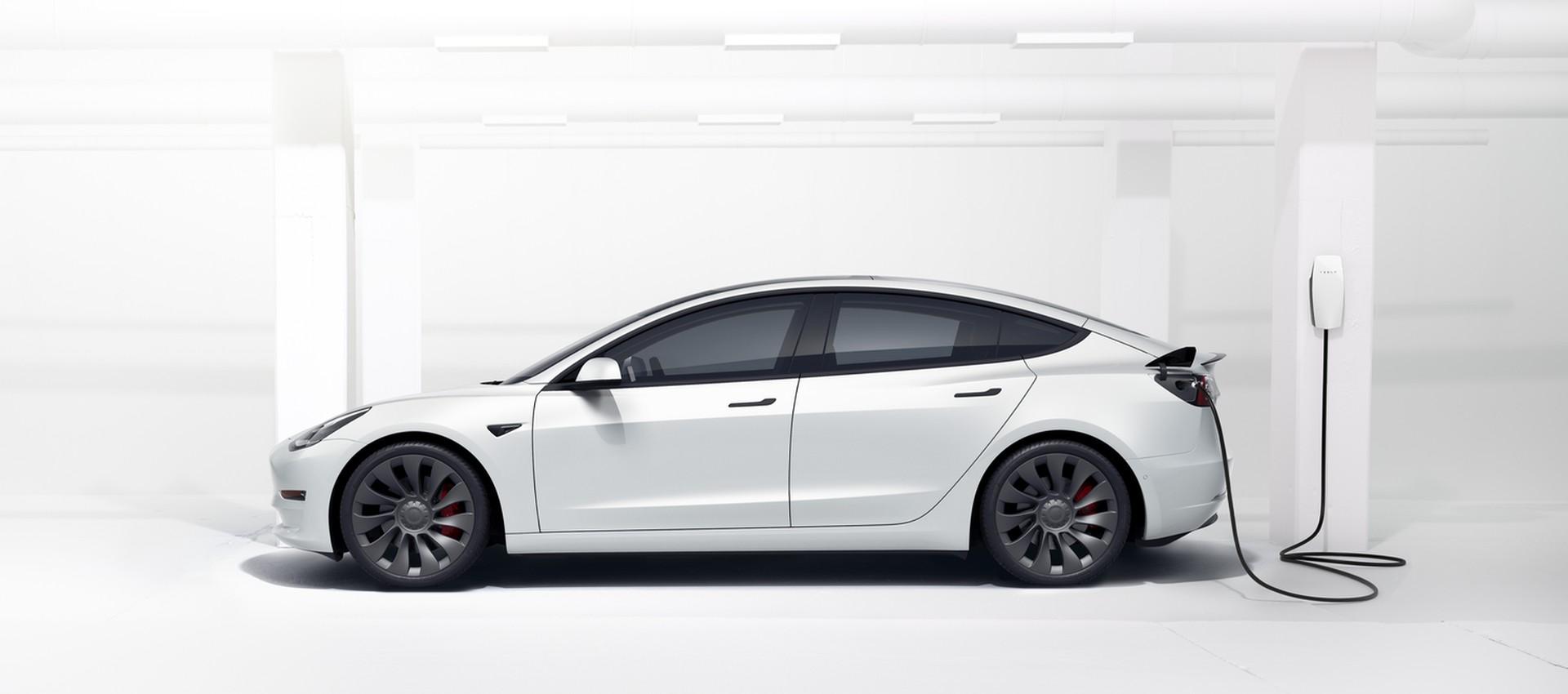 """מודל 3 בטעינה עם Tesla Wall Connector, שמספק עד 70 ק""""מ לשעת טעינה. צילום: Tesla"""
