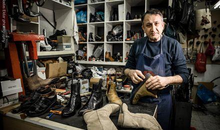 המקצועות שנעלמים מן העולם: הסנדלר שנולד למקצוע