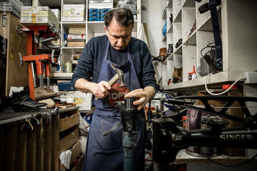 כלי עבודה ומכשירים שהביא אביו של ארקדי כשעלה לארץ מקירגיסטן. צילום: הדס אלדר