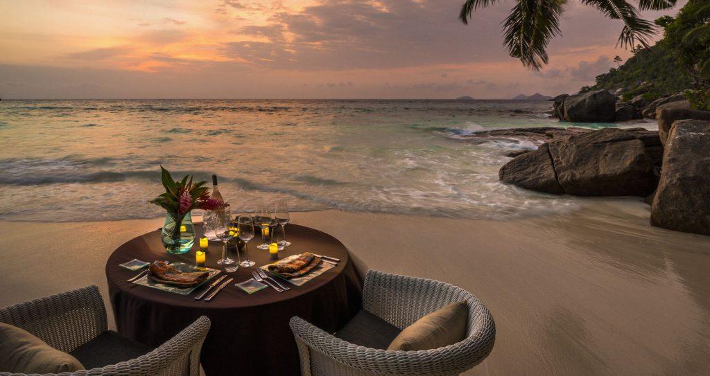 ארוחה רומנטית בחוף הקסום. צילום: Four Seasons