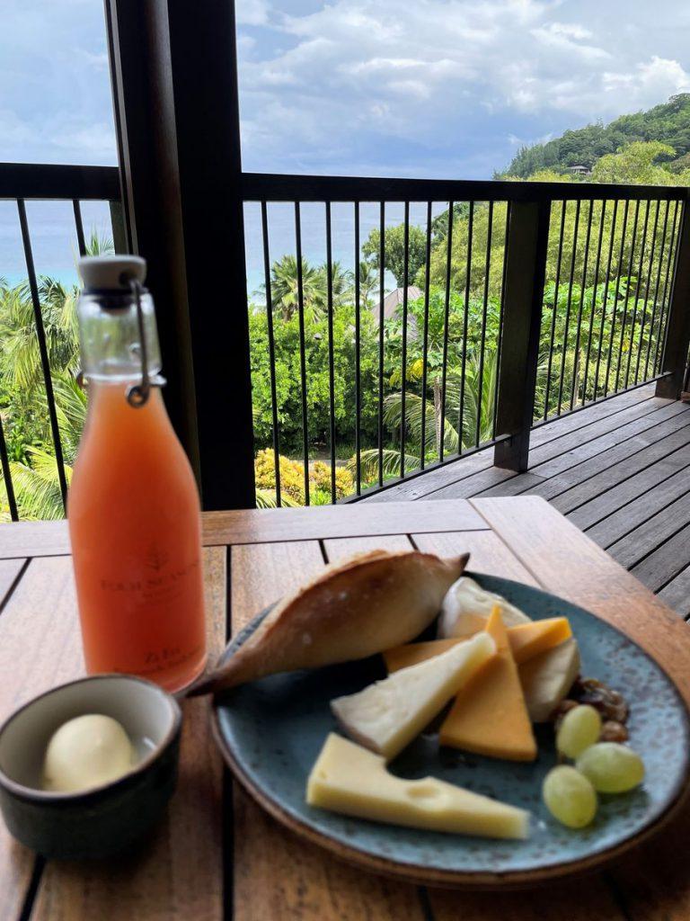 צלחת גבינות, פירות העונה ולחמניות שנאפות במקום. ארוחת בוקר עם נוף לאוקיינוס. צילום: שלומי אזולאי