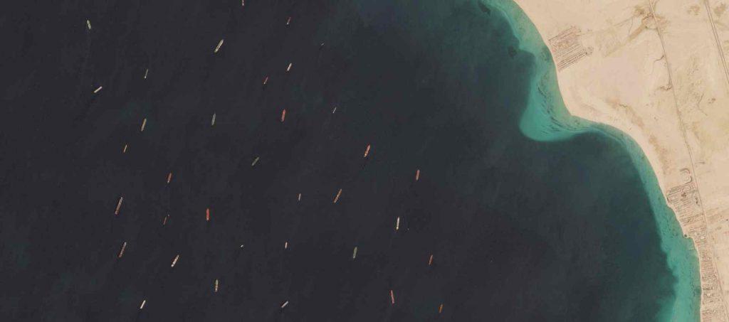 """ים. ספינות ממתינות לעבור בתעלת סואץ החודש שעבר. צילום: נאס""""א"""