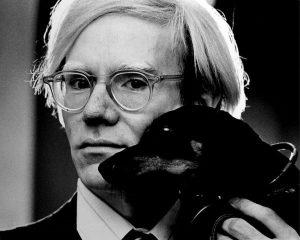 אנדי וורהול עם כלב התחש שלו ארצ'י. צילום: Jack Mitchell / Wikipedia