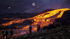 הר געש מתפרץ באיסלנד. צילום: Shutterstock
