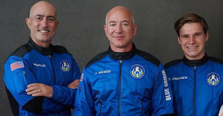 ג'ף בזוס במרכז והקבוצה שהצטרפה אליו לחלל | Blue Origin