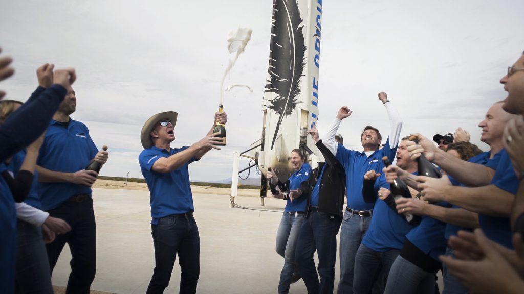 צוות הקרקע חוגג את נחיתת החללית | צילום: Blue Origin
