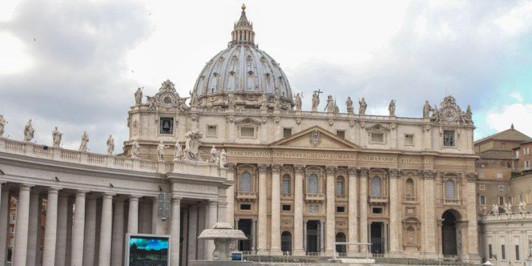 אלפי מאמינים במיסה של האפיפיור בכיכר הוותיקן. צילום: shutterstock