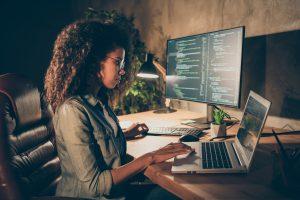 כתיבת קוד. תכנות | צילום: Shutterstock