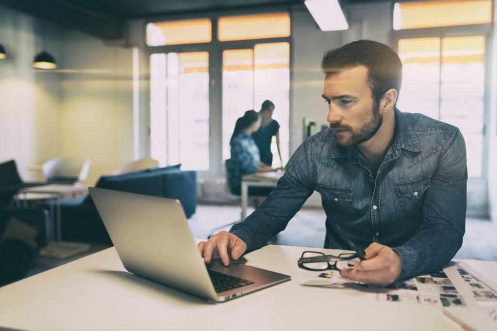 """לא לפנות רק לאנשי מקצוע בחו""""ל. זו הסיבה שיש להשקיע בחומר האנושי בארץ   צילום: Shutterstock"""