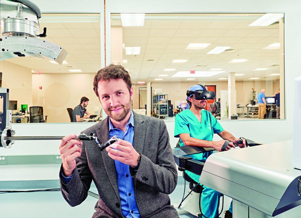 """אדם זאקס. בפעם הראשונה ששם את משקפי התפעול של הרובוט הוא נדהם. """"זה כאילו הדבר הזה הוא הגוף שלך""""   צילום: מייקל פרייס"""