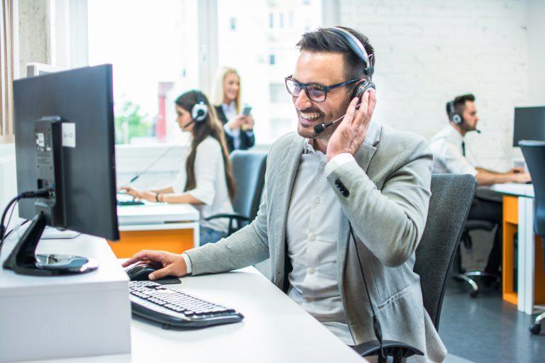 אנשי מכירות מוצלחים מצליחים להזדהות עם החברה ועם המוצר | צילום: Shutterstock